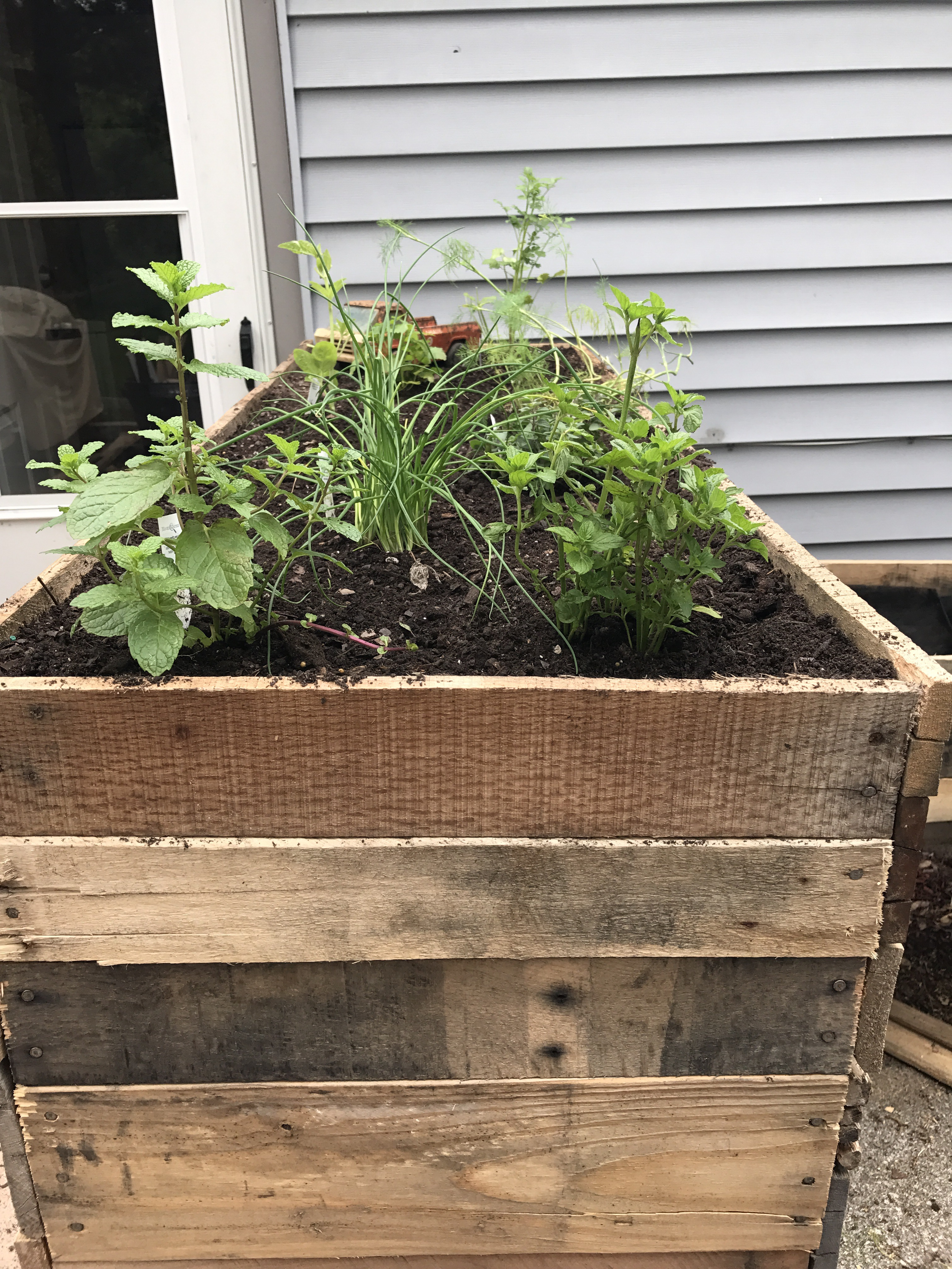 Herb planter box made from pallets – Lost and Farmed